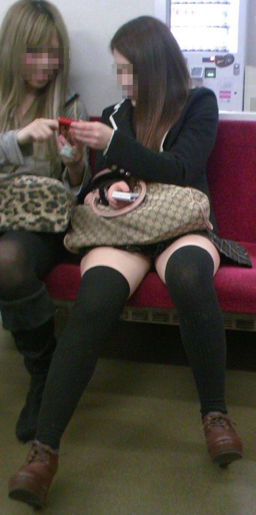 【画像】電車で対面に座ったニーハイギャルの絶対領域がエロいんだがwww 38枚 No.5