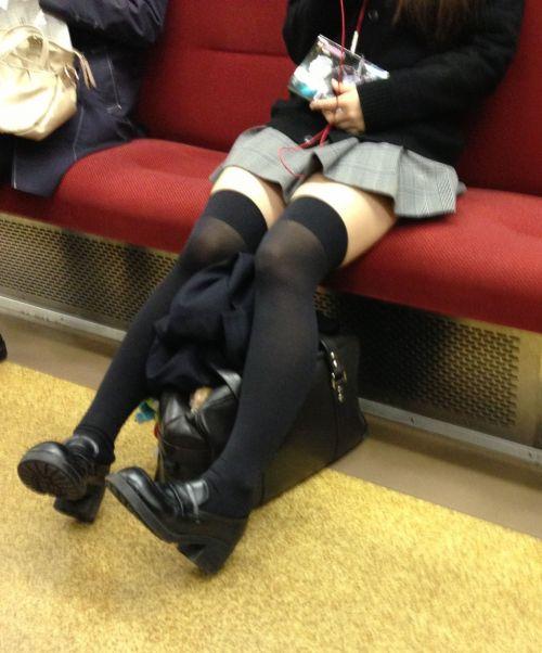 【画像】電車で対面に座ったニーハイギャルの絶対領域がエロいんだがwww 38枚 No.9