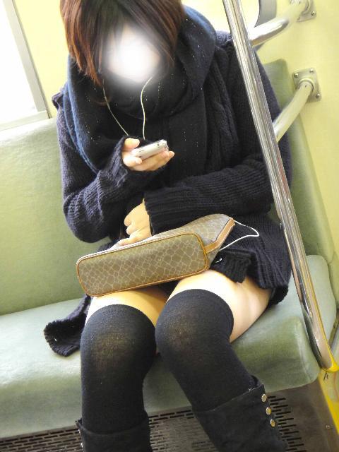 【画像】電車で対面に座ったニーハイギャルの絶対領域がエロいんだがwww 38枚 No.10