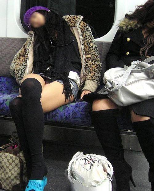 【画像】電車で対面に座ったニーハイギャルの絶対領域がエロいんだがwww 38枚 No.13