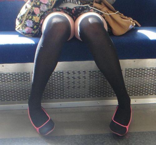 【画像】電車で対面に座ったニーハイギャルの絶対領域がエロいんだがwww 38枚 No.15
