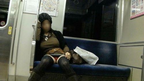 【画像】電車で対面に座ったニーハイギャルの絶対領域がエロいんだがwww 38枚 No.16