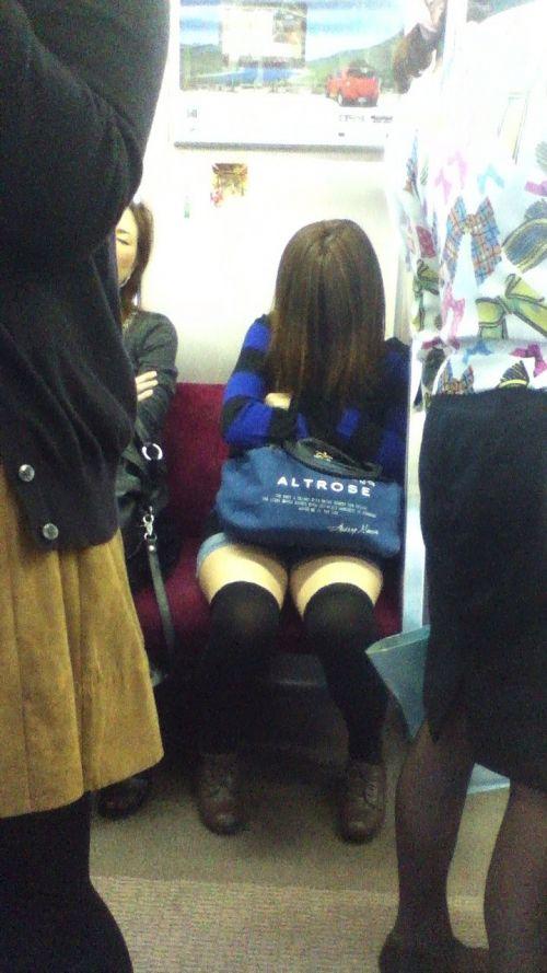 【画像】電車で対面に座ったニーハイギャルの絶対領域がエロいんだがwww 38枚 No.21