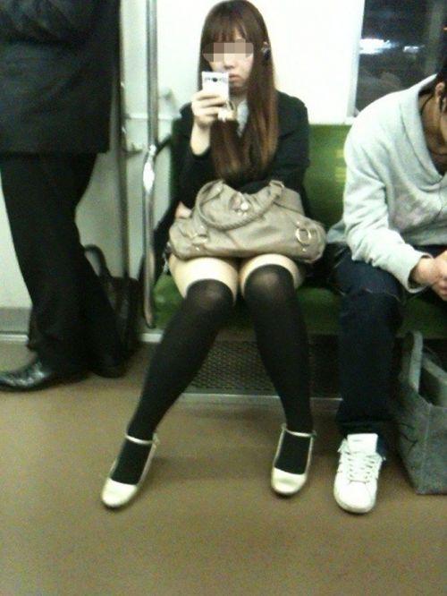 【画像】電車で対面に座ったニーハイギャルの絶対領域がエロいんだがwww 38枚 No.22