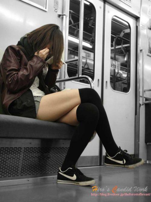 【画像】電車で対面に座ったニーハイギャルの絶対領域がエロいんだがwww 38枚 No.24