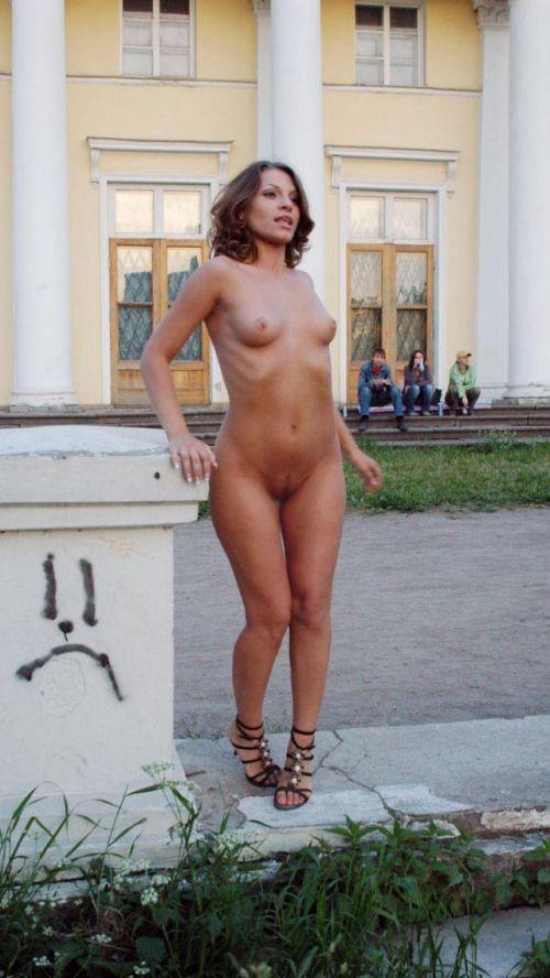 全裸のまま街中を散歩しちゃう海外グラマラス美女がエロ過ぎたwww 31枚 No.7