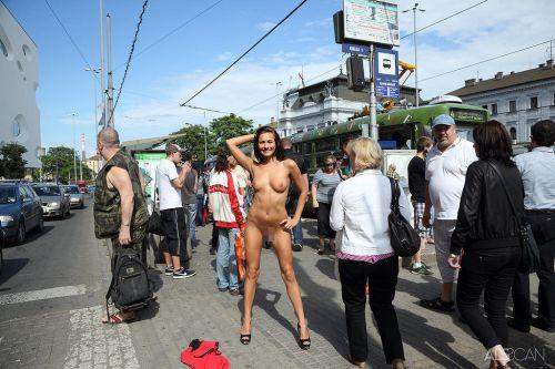 全裸のまま街中を散歩しちゃう海外グラマラス美女がエロ過ぎたwww 31枚 No.10
