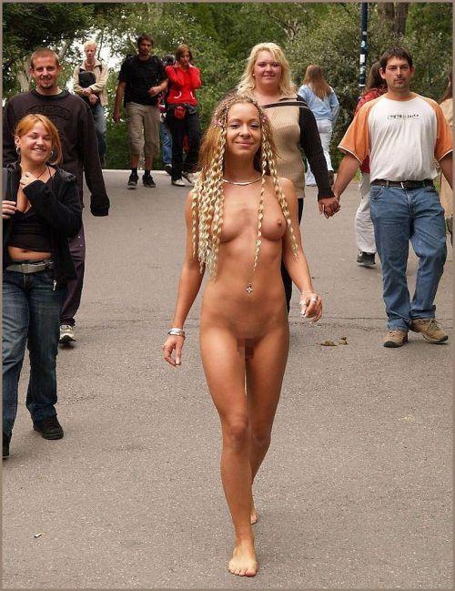 全裸のまま街中を散歩しちゃう海外グラマラス美女がエロ過ぎたwww 31枚 No.12