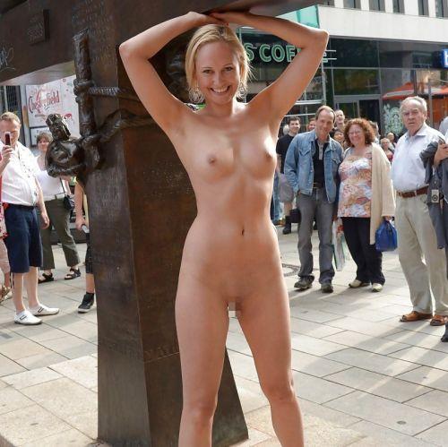 全裸のまま街中を散歩しちゃう海外グラマラス美女がエロ過ぎたwww 31枚 No.13