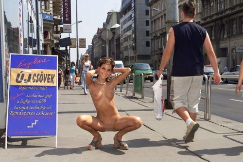 全裸のまま街中を散歩しちゃう海外グラマラス美女がエロ過ぎたwww 31枚 No.16