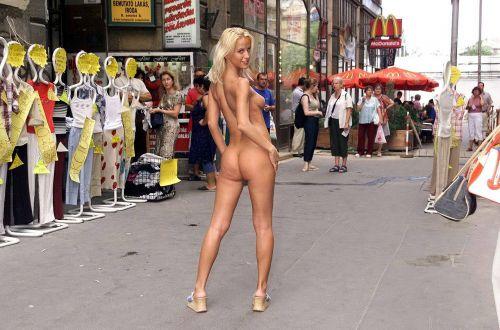 全裸のまま街中を散歩しちゃう海外グラマラス美女がエロ過ぎたwww 31枚 No.18
