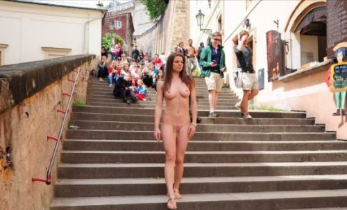 全裸のまま街中を散歩しちゃう海外グラマラス美女がエロ過ぎたwww 31枚 No.21
