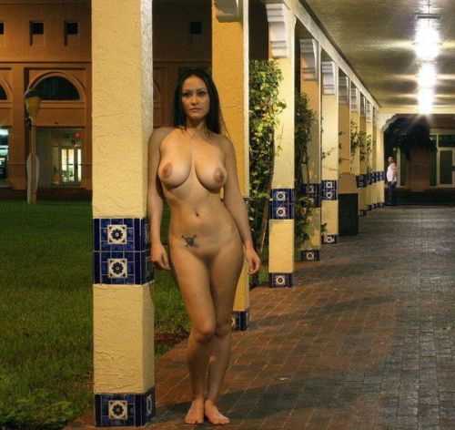 全裸のまま街中を散歩しちゃう海外グラマラス美女がエロ過ぎたwww 31枚 No.27