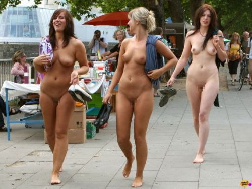 海外のパッキン美女達が全裸で集団野外露出しちゃうエロ画像 34枚 No.1