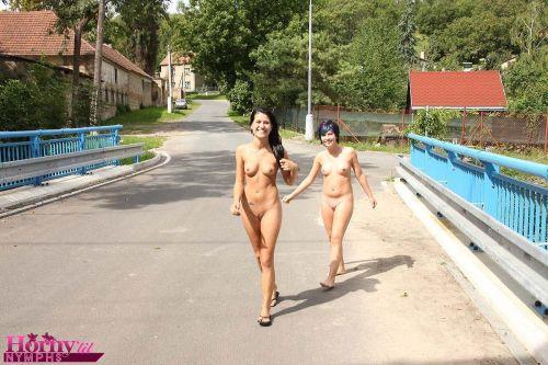 海外のパッキン美女達が全裸で集団野外露出しちゃうエロ画像 34枚 No.3