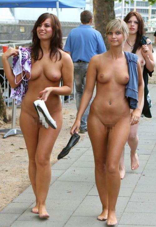 海外のパッキン美女達が全裸で集団野外露出しちゃうエロ画像 34枚 No.12