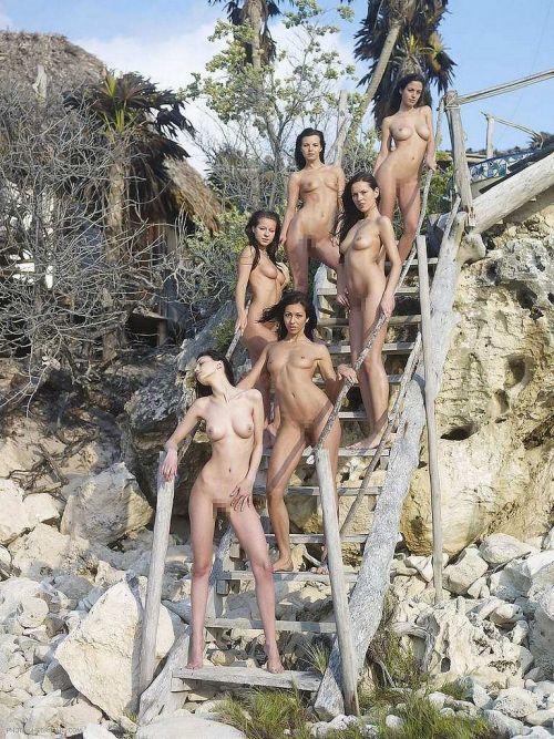 海外のパッキン美女達が全裸で集団野外露出しちゃうエロ画像 34枚 No.13