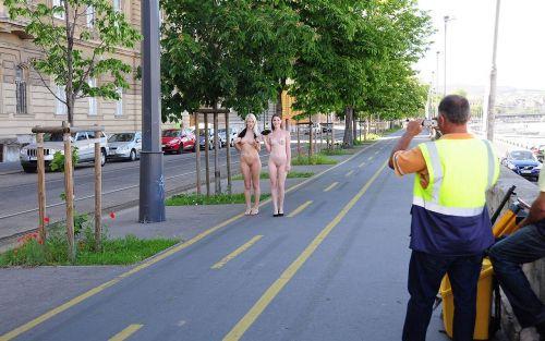 海外のパッキン美女達が全裸で集団野外露出しちゃうエロ画像 34枚 No.15