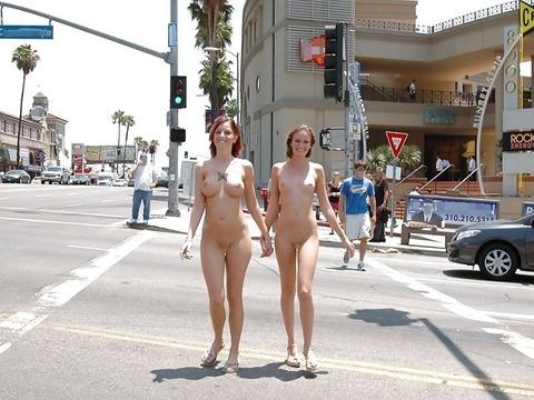 海外のパッキン美女達が全裸で集団野外露出しちゃうエロ画像 34枚 No.18