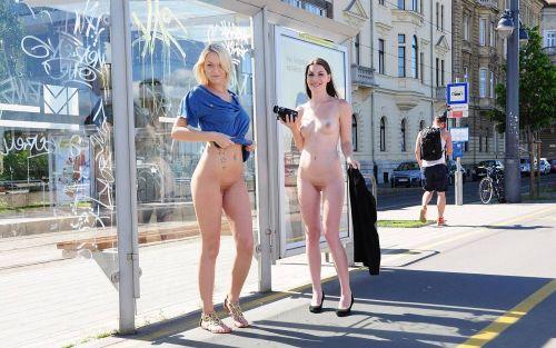 海外のパッキン美女達が全裸で集団野外露出しちゃうエロ画像 34枚 No.21