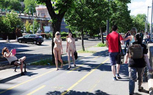 海外のパッキン美女達が全裸で集団野外露出しちゃうエロ画像 34枚 No.27