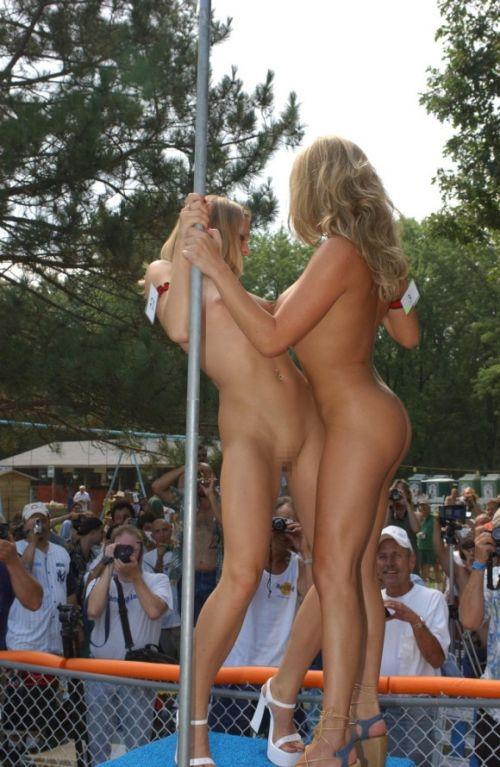 海外のパッキン美女達が全裸で集団野外露出しちゃうエロ画像 34枚 No.32