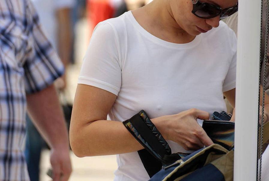 ブラをつけない小さい乳外国人が街中でチクビポッチしちゃってるえろ写真 31枚