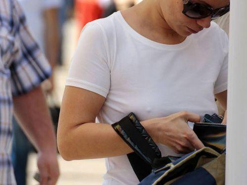 ブラをつけない貧乳外国人が街中で乳首ポッチしちゃってるエロ画像 31枚 No.1