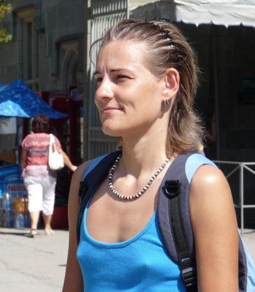 ブラをつけない貧乳外国人が街中で乳首ポッチしちゃってるエロ画像 31枚 No.4
