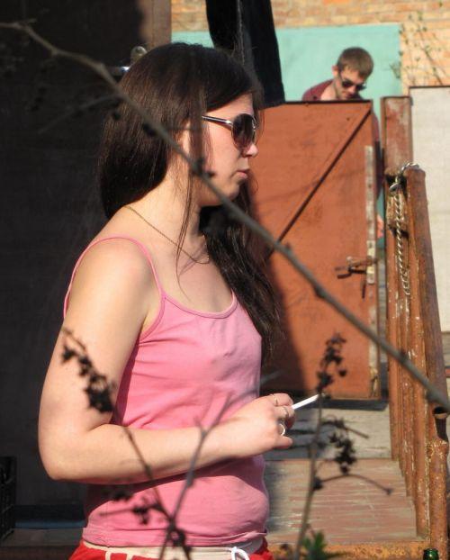 ブラをつけない貧乳外国人が街中で乳首ポッチしちゃってるエロ画像 31枚 No.5