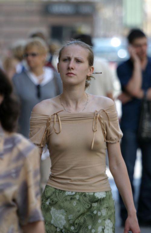 ブラをつけない貧乳外国人が街中で乳首ポッチしちゃってるエロ画像 31枚 No.21