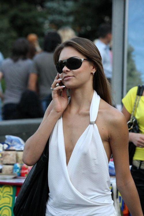ブラをつけない貧乳外国人が街中で乳首ポッチしちゃってるエロ画像 31枚 No.22