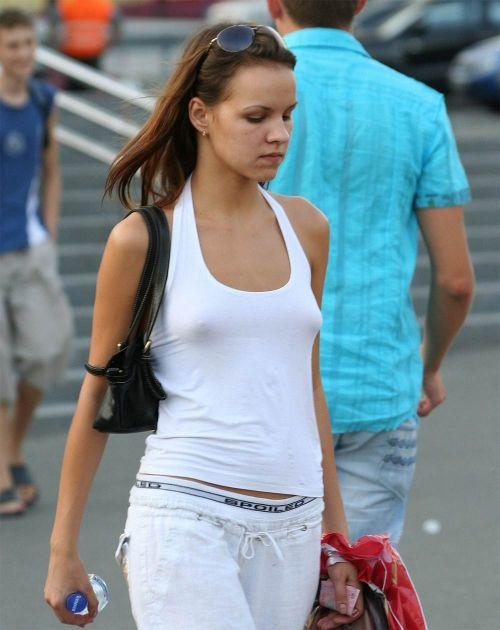 ブラをつけない貧乳外国人が街中で乳首ポッチしちゃってるエロ画像 31枚 No.26