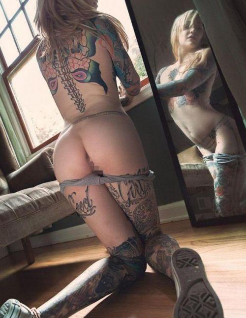 タトゥーを入れた美女達をお尻から見上げるセクシーなエロ画像 32枚 No.10