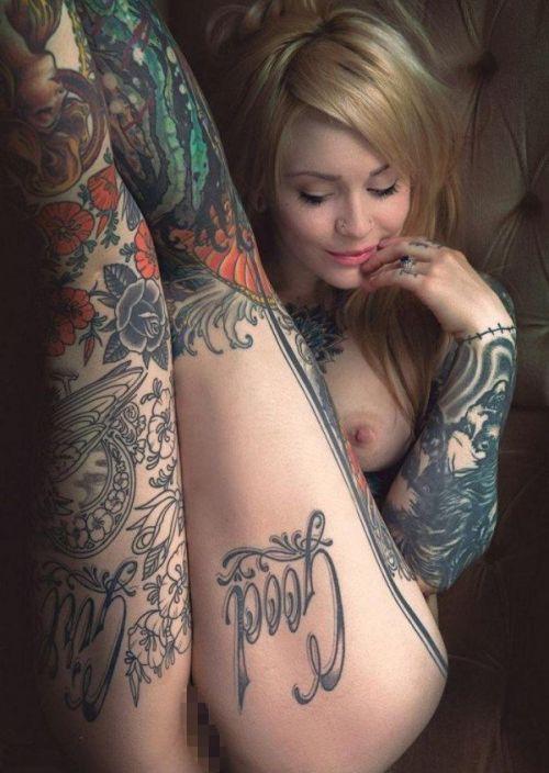 タトゥーを入れた美女達をお尻から見上げるセクシーなエロ画像 32枚 No.17