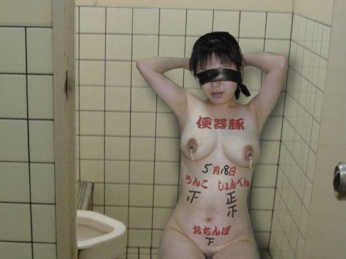 肉便器M女が体中に落書きされて公衆便所や野外露出しちゃうエロ画像 36枚 No.20