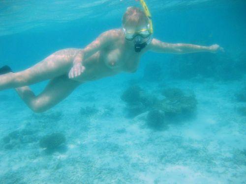 全裸スキューバダイビング・素潜りを楽しむ外国人女性のエロ画像 27枚 No.18
