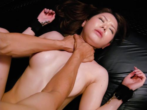 両手で首を絞めてアヘ顔したままイッちゃう変態ドM女のエロ画像 31枚 No.17