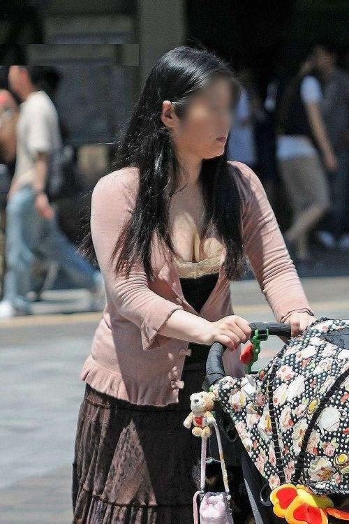 若い子連れママの巨乳な谷間を激写盗撮した胸チラエロ画像 39枚 No.2