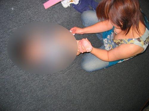 若い子連れママの巨乳な谷間を激写盗撮した胸チラエロ画像 39枚 No.19