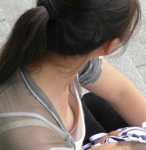 若い子連れママの巨乳な谷間を激写盗撮した胸チラエロ画像 39枚 No.22