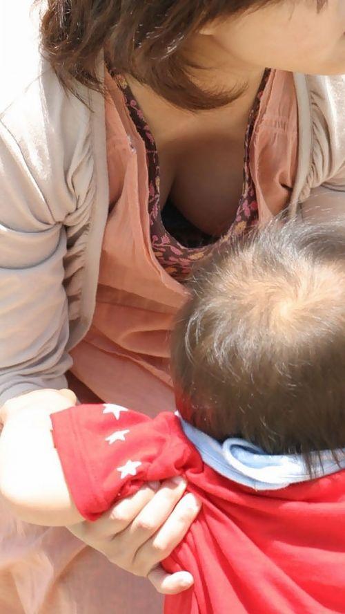 若い子連れママの巨乳な谷間を激写盗撮した胸チラエロ画像 39枚 No.27