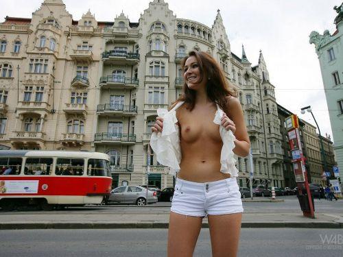 街のど真ん中でおっぱいを笑顔で露出しちゃう海外美女達のエロ画像 35枚 No.1