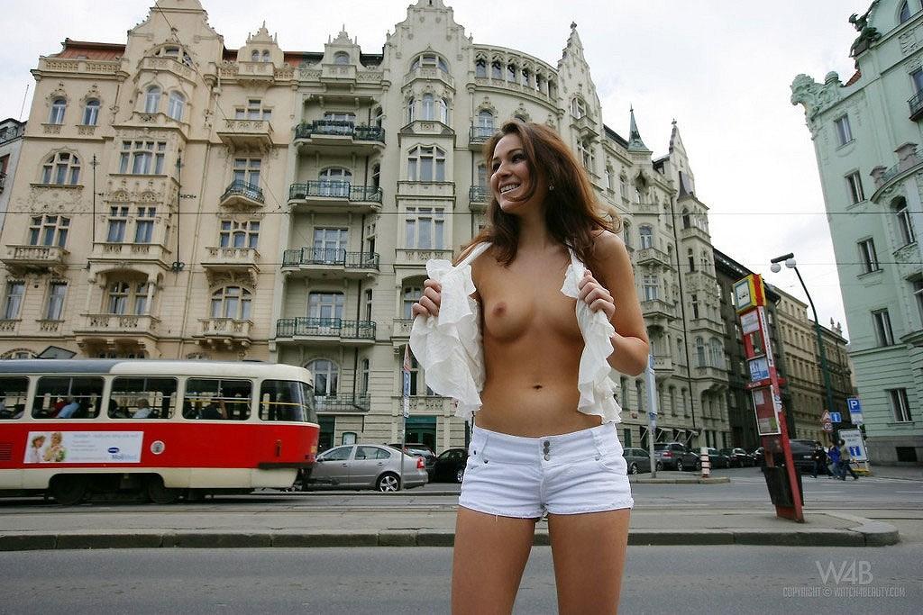 街のど真ん中でお乳を笑顔で露出しちゃう海外モデル達のえろ写真 35枚