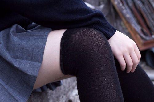 ニーソを履いて座ってる女の子のパンチラや絶対領域のエロさは異常www 36枚 No.4