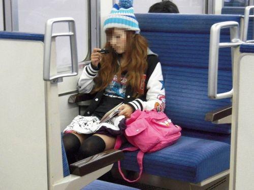 ニーソを履いて座ってる女の子のパンチラや絶対領域のエロさは異常www 36枚 No.26