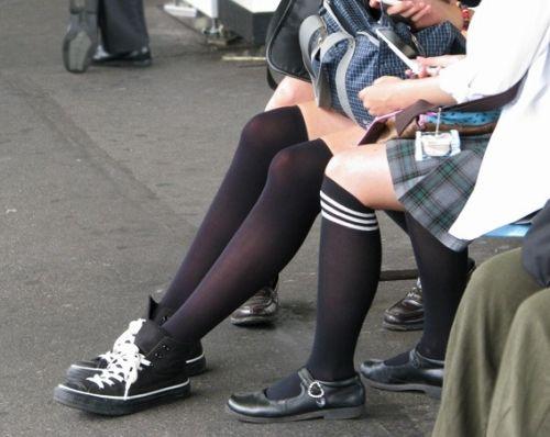 ニーソを履いて座ってる女の子のパンチラや絶対領域のエロさは異常www 36枚 No.28