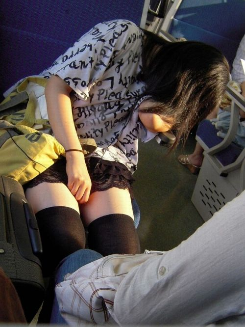 ニーソを履いて座ってる女の子のパンチラや絶対領域のエロさは異常www 36枚 No.29