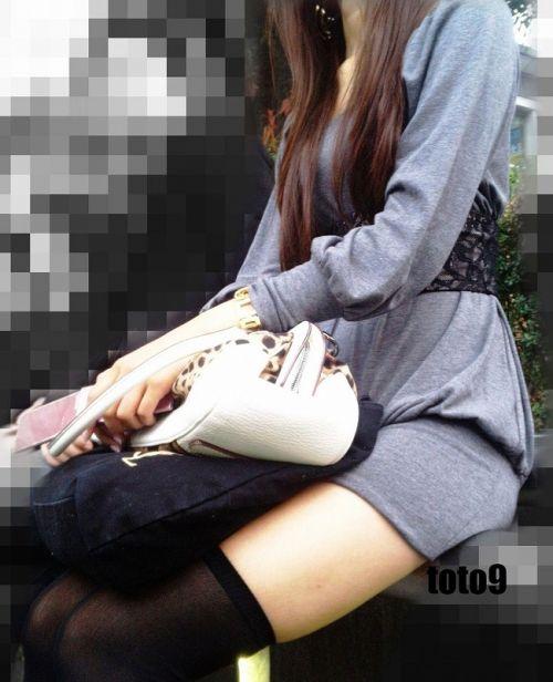 ニーソを履いて座ってる女の子のパンチラや絶対領域のエロさは異常www 36枚 No.32