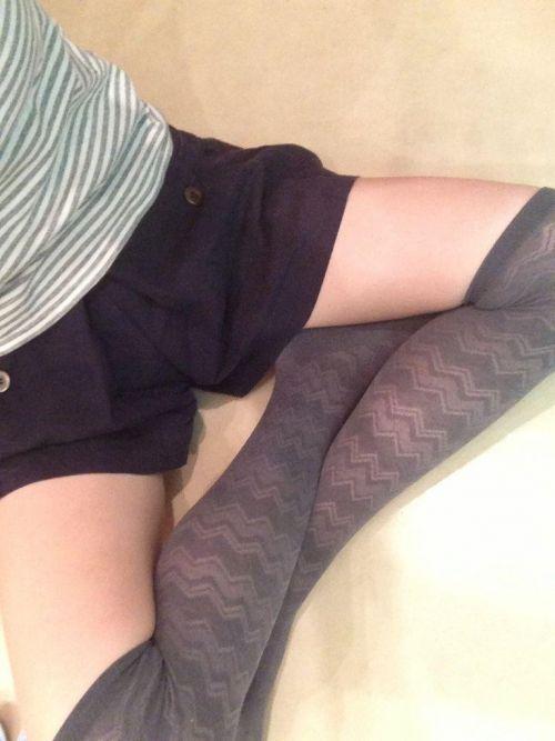 【絶対領域】ベットに横たわるニーソックス女子の股間のエロさwww 31枚 No.16
